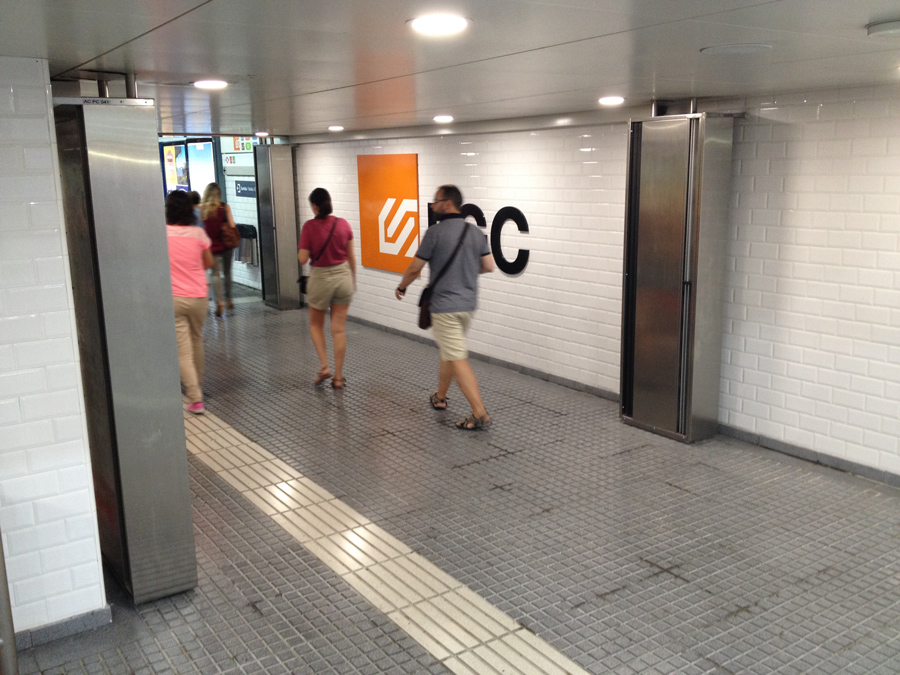 Dam twin air curtain to prevent draughts in the corridors of railway stations in the city of Barcelona.