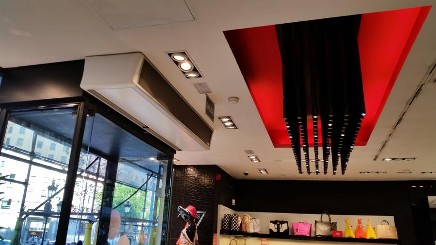 Cortina de aire Deco en el acceso de una tienda de moda