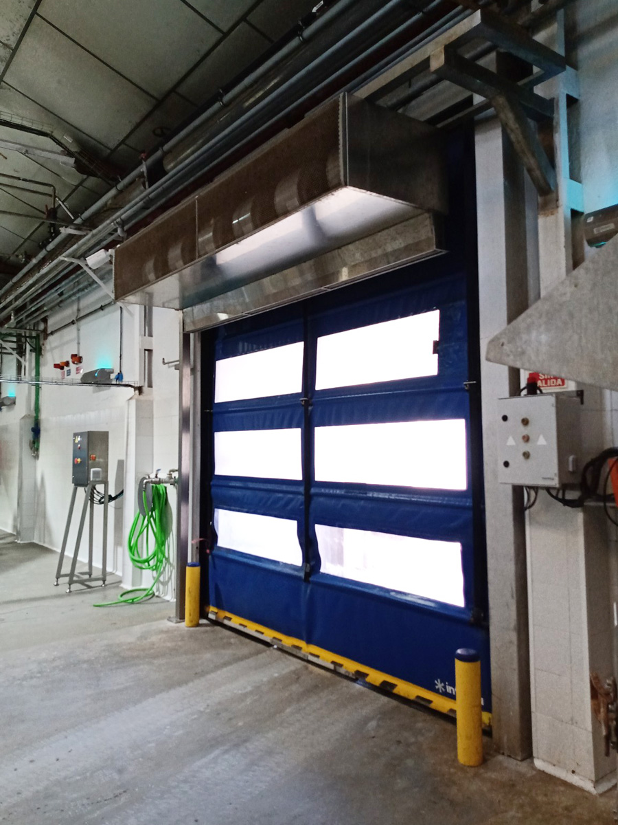 Air curtain in the dock door of a fish canned factory
