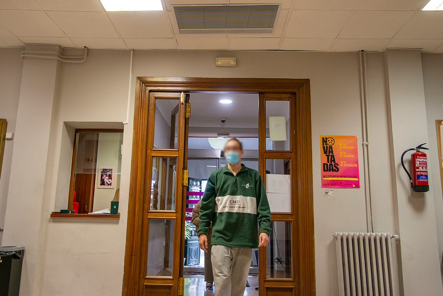 Student passing under the disinfectant curtain of Airtècnics in a major college of the UCM. On loan from the UCM.