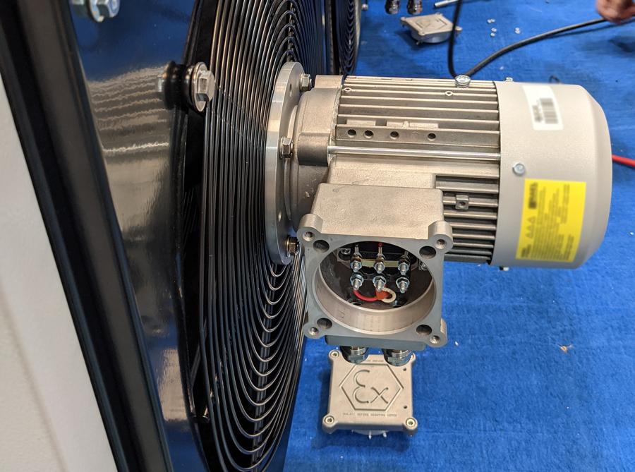 ATEX ventilátor motorja a Maxwell légfüggöny külső részén