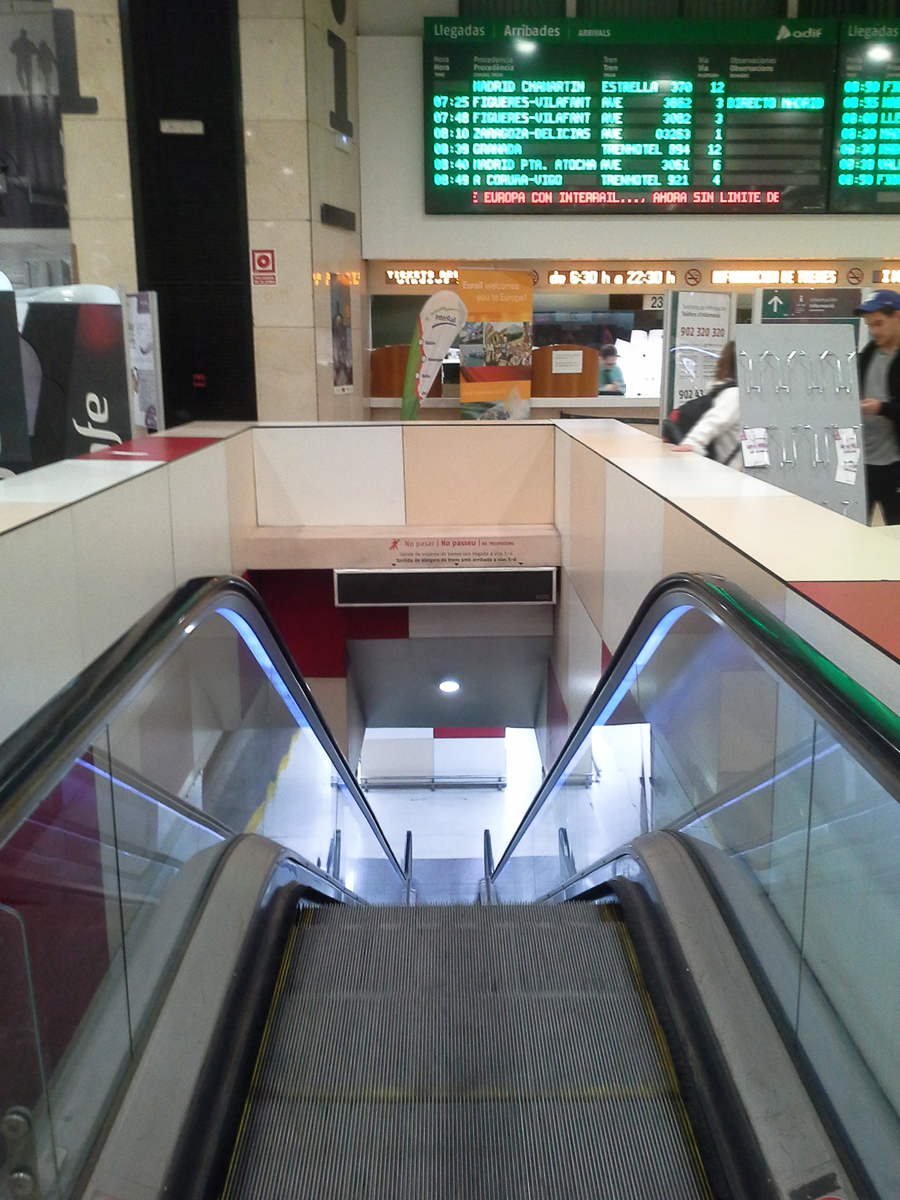 Access from the platform to the vestibule in the Barcelona-Sants train station with a windbox air curtain.