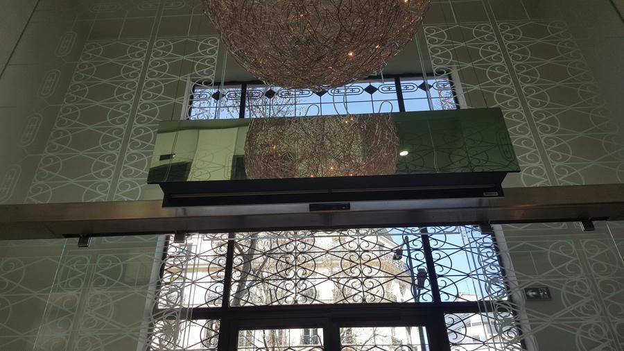 Cortina de aire Zen en el acceso de un bufete de notarios en París