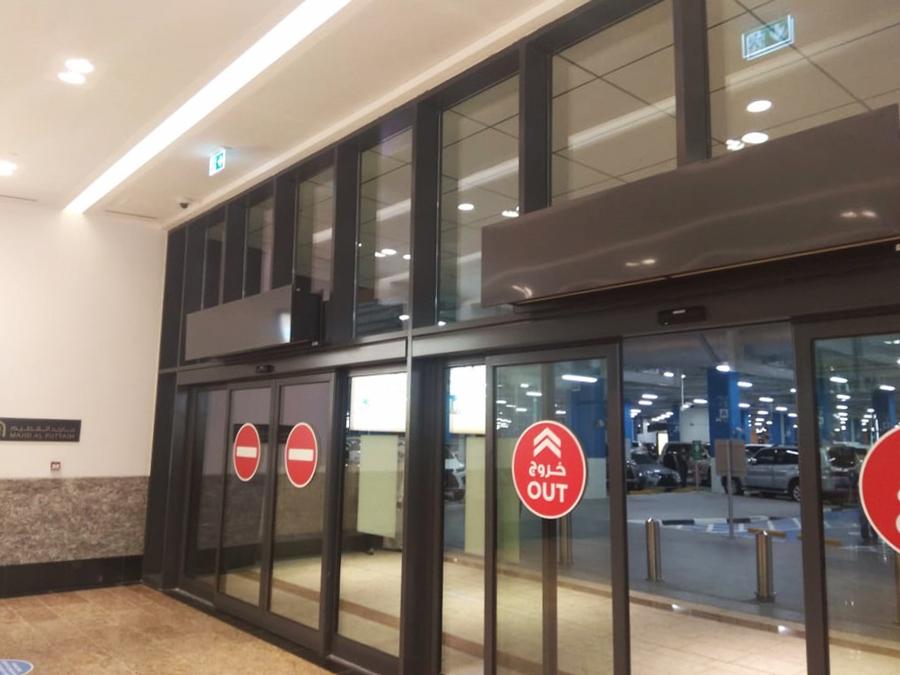 """""""Zen"""" oro uždanga prie įėjimo į požeminę automobilių stovėjimo aikštelę """"Al Zahia City Center"""" prekybos centre."""
