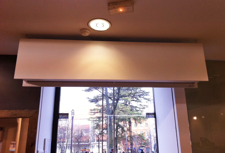 Air curtain too near of ceiling with no space to absorb enough air